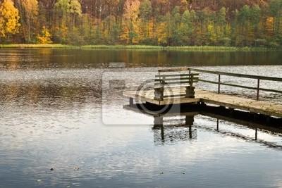 Staré dřevěné molo nad jezerem na podzim