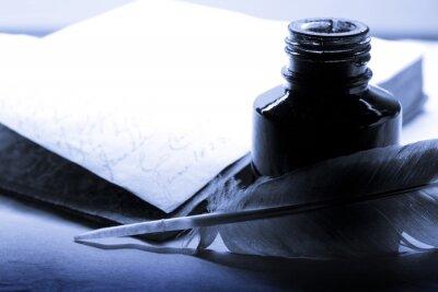Obraz Staré knihy s perem a kalamáře v modré barvě