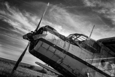 Obraz Staré letadlo na poli v černé a bílé