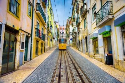 Obraz staré město ulice a ulice auto v portugalském Lisabonu
