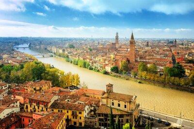 Staré město Verona a je na břehu řeky Adige, Itálie