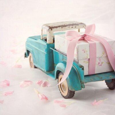 Obraz Staré starožitné hračky vozík nesoucí dárkové krabičce s růžovou stuhou