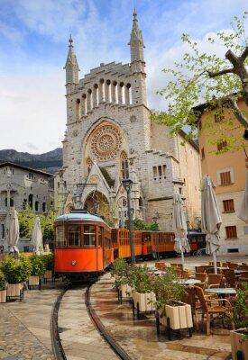 Staré tramvaje v přední části katedrály Soller, Mallorca, Španělsko