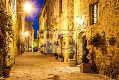 Starobylé město Pienza v Itálii v noci.