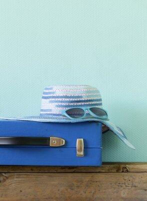 Obraz staromódní modrý kufr pro cestování a pláž hat