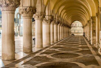Obraz Starověké Sloupce v Benátkách. Oblouky na náměstí Piazza San Marco, Benátky