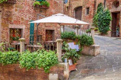 Starověké ulice zdobená květinami, Itálie