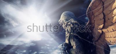 Obraz Starožitná socha nádherného anděla v paprscích slunce. Architektura, archetyp, náboženství, koncepce víry.