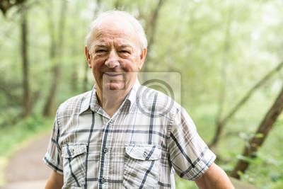 Obraz Starší muž v pěkném lesoparku