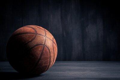Obraz Starý basketbalový míč na černém pozadí