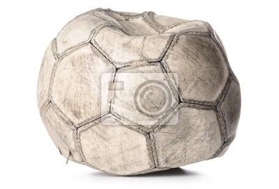 starý deflaci fotbalový míč izolovaných na bílém