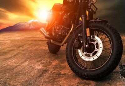 Obraz starý motocykl retro a krásné pozadí západu slunce
