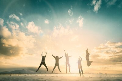Obraz Šťastná rodina skupina oslavují skok na dobrý život na víkend koncepce pro vítězství vítězství, osobní víru v finanční svobodu.