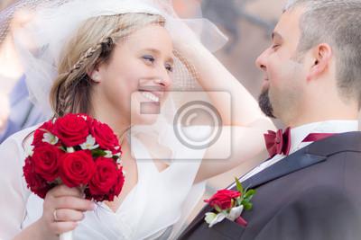 Šťastný mladý pár po obřadu