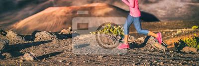 Obraz Stezka běžec atlet dívka běží na pozadí hory. Skalnatá krajina detailní záběr na spodní části nohou atletky sportovce a běžecké boty. Panoráma banneru.