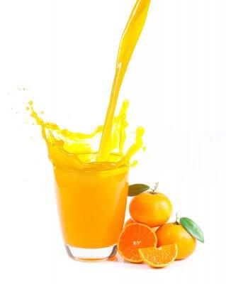 Obraz stříkající pomerančový džus s pomeranči proti bílému pozadí