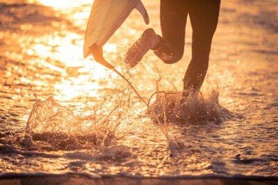 Obraz Surfer běh ve vodě s jeho palubě