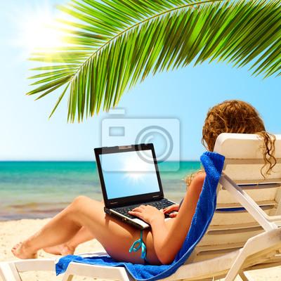 surfování na pláži. Displej notebooku je řez s ořezovou cestou