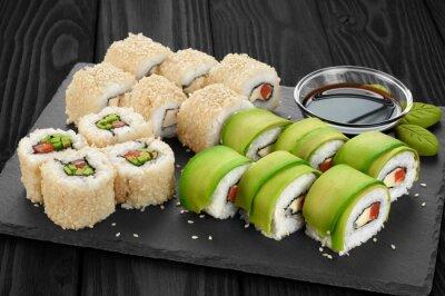 Obraz Sushi s avokádem, lososa a sezamovými semínky na břidlicové zásobníku.