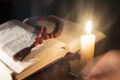 Obraz svatá kniha a kříž na dřevěné pozadí