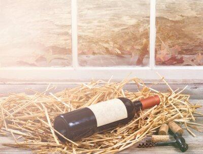 Obraz světlo okna na láhev vína odpočívá v slámy