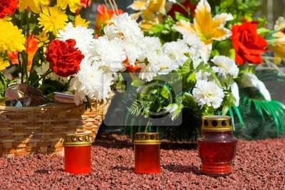 Svíčky a květiny na hřbitově