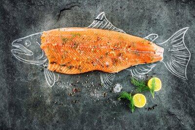 Obraz syrové ryby, losos steak s přísadami, jako je citron, pepř, mořskou solí a koprem na černé desce, nakreslil obraz s křídou lososa ryb s steak