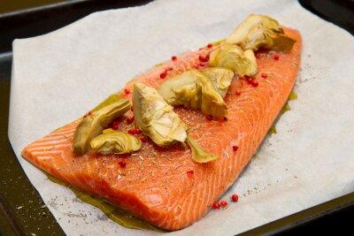 Obraz syrový losos s artyčoky a červenou paprikou