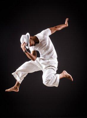 Obraz Tanečnice tančí tance v bílém oděvu