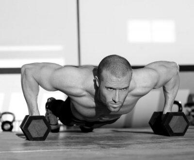 Obraz Tělocvična muž push-up sílu pushup s jednoručkami