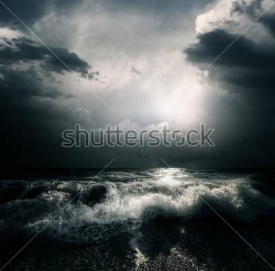 Obraz Temné bouřkové mraky a velké vlny na moři