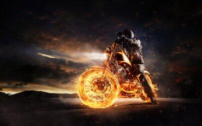 Obraz Tmavý motorový motocykl, který zůstává na hořícím motocyklu při západu slunce