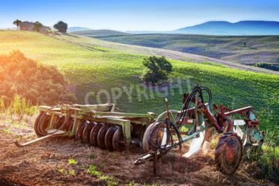 Obraz Toskánská krajina při východu slunce. Retro, staré zemědělské stroje na toskánských kopcích. Itálie