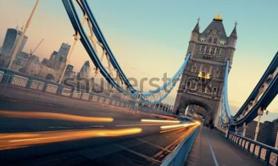 Obraz Tower Bridge a provoz v noci v Londýně.