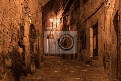 Ulici starobylé středověké tuf města Sorano v noci - cestovat evropského prostředí