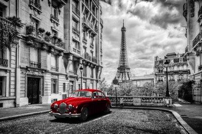 Obraz Umělecké Paříž, Francie. Eiffelova věž vidět z ulice s červenými retro limuzíny auto.