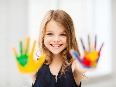 Obraz usmívající se dívka ukazuje malované ruce