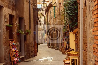 Úzká ulice středověkého starobylého tuff města Pitigliano, cestování Itálie pozadí