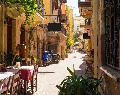 úzká ulice ve městě Chania na ostrově Kréta, Řecko