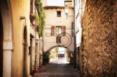 úzká ulice ve středověké staré město u jezera Garda v Itálii