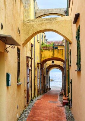 Obraz Úzké ulice vede do Středozemního moře ve starém městě Varig