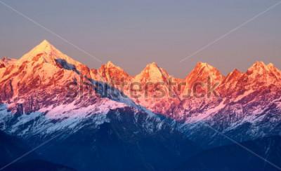 Obraz úzký záběr na načervenalé horské vrcholy během setu slunce