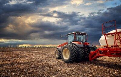 Obraz V terénu pracuje výkonný traktor