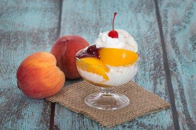 Obraz Vanilková broskev Melba zmrzlina s broskví ovoce na dřevěném FRANJO