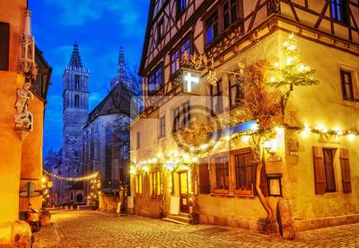 Vánoční dekorace světla v noci v Rothenburg ob der Tauber