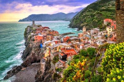 Vernazza v Cinque Terre, Ligurie, Itálie, na západ slunce