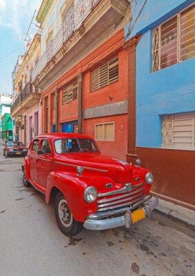 Obraz Vintage červené auto na ulici starého města Havana, Kuba