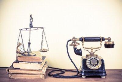 Obraz Vintage starý telefon, váhy s hodinami, hodinkami a penězi, knihy