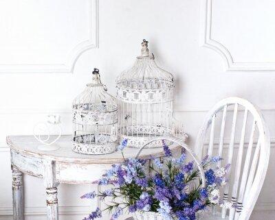 Obraz vintage židle a stůl s květinou v přední a klecí
