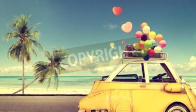 Obraz Vintage žluté auto se srdcem barevné balón na pláži modré oblohy - koncept lásky v létě a svatba. Líbánky výlet